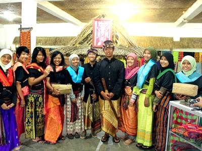 Kain tenun khas Lombok di Sukarara