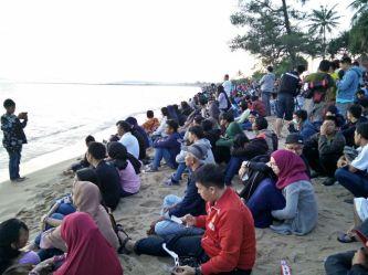 Pantai Terentang yang ramai dipenuhi warga menyaksikan gerhana matahari total